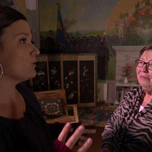 Camilla pratar om barnen med intendent Marianne Nilsson.