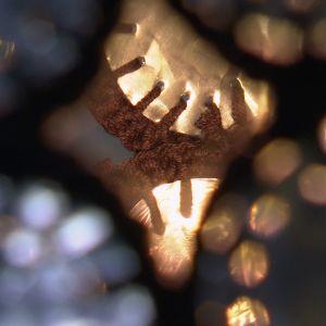Lees lampskärm av återanvända värmeljuskoppar, detalj.