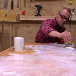 Jim brer ut tapetklister med trälim.