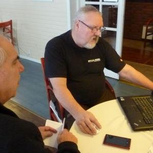 Kurt Hjort (invid datorn) har placerat Åminnefors på Facebook. Krister Lindström är också från orten.