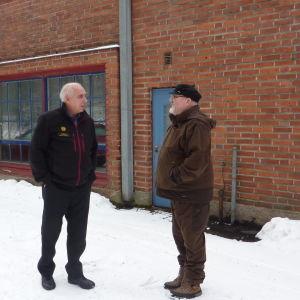 Åminnarna Krister Lindström och Kurt Hjort vid tidigare butik.