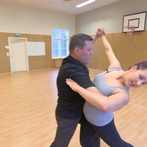 Marika tanssii isänsä kanssa.