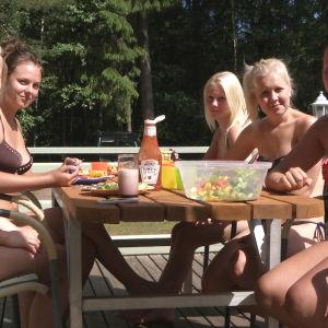 Marika ystävien kanssa mökillä.