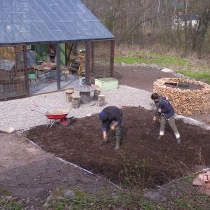 Owe Salmela och Camilla Forsén-Ström anlägger potager-trädgården på Strömsö