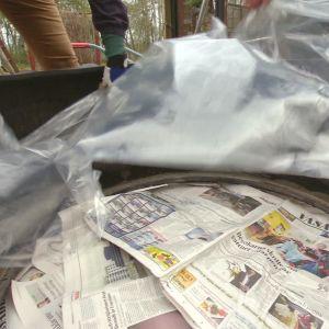 Ett däck täcks av plast