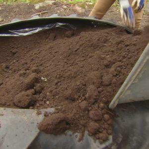 Ett däck fylls med jord