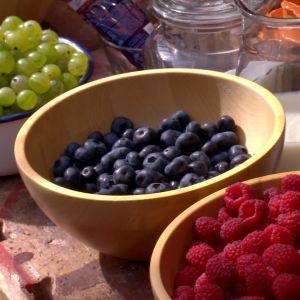 krusbär, blåbär, hallon i skålar