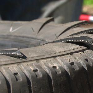 klippta flikar i ett bildäck