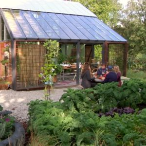 ett växthus i en trädgård