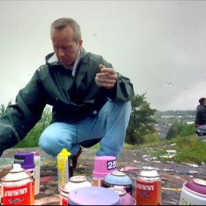 Marko tutustuu graffitimaaleihin Turun Itäharjulla.