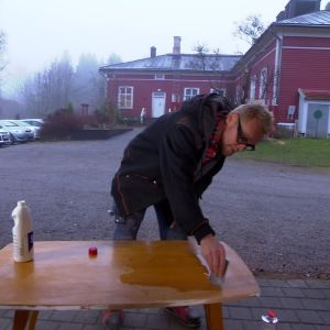 Pöydän tapetoiminen.