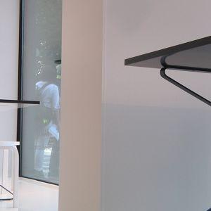 ett skyltfönster med möbler av trä