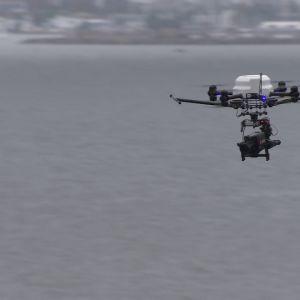 Multikopteri kantaa elokuvakameraa, jolla kuvataan ilmasta.