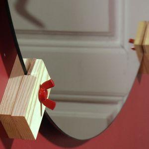 Spegel på väggen