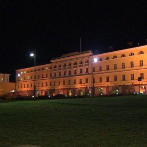 Ulkoministeriön Merikasarmi iltavalaistuksessa.