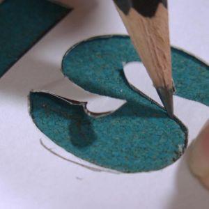 Bokstaven S ritas med schablon
