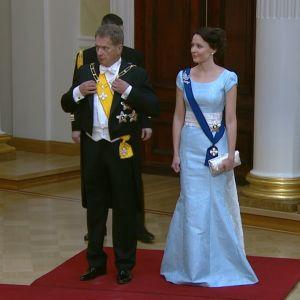 President Sauli Niinistö och fru Jenni Haukio redo att hälsa gästerna välkomna