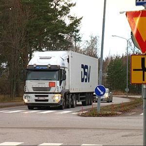 Långtradare från Hangö hamn har förkörsrätt i korsningen av Appelgrensvägen och Korsmansgatan.