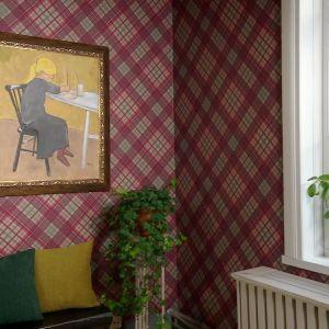 Tavla med motiv av målande flicka uppe på tapetserad vägg.