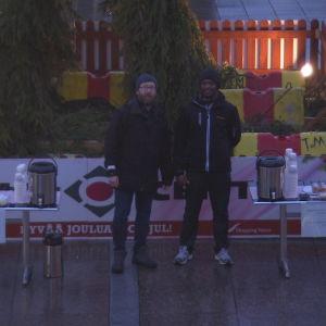 Jocke och Morris på Vasa torg för att dela ut glögg