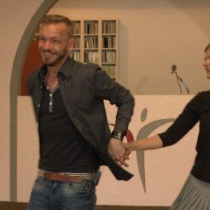Sarah tanssi opettajan kanssa salsaa.