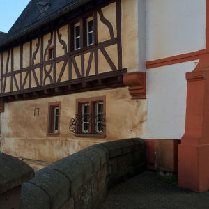 Saarburgin kylän vanhoja taloja.