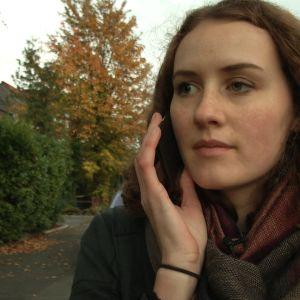 Alina soittaa ystävälleen Miralle.
