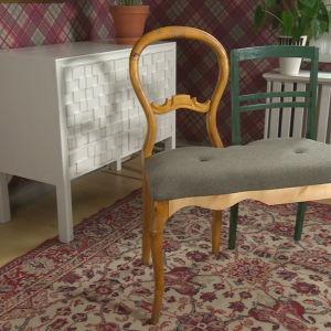 två stolar har byggts ihop till en bänk