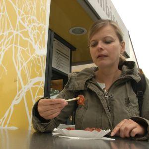 Sarah syö currywurstia.