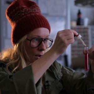 Kuvassa Minttu Heimovirta laboratoriossa.