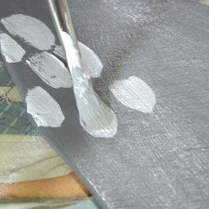 Närbild av pensel som målar vitt.