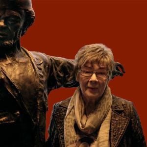 Spede-patsas ja Pertti Pasasen sisko Virpi Torri