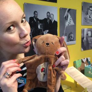 Marja Hintikka pussaa äitiyspakkauksen 2016 pupulelua.