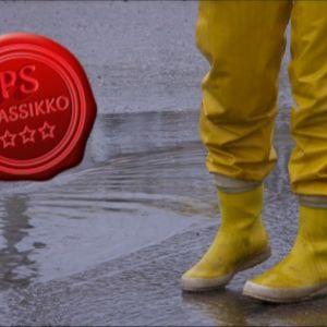 Kuvassa keltaiset kurahousut.