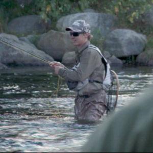 Näyttelijä Jasper Pääkkönen kalastaa Tervon Äyskoskella syyskuussa 2011.