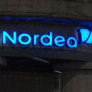 Blå Nordea-logga på kvällen.