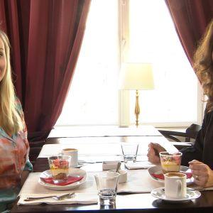 Elsa Rinne och Pia-Maria Lehtola sitter på ett café.