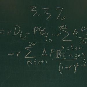 Liitutaululle on piirretty matemaattinen kaava.