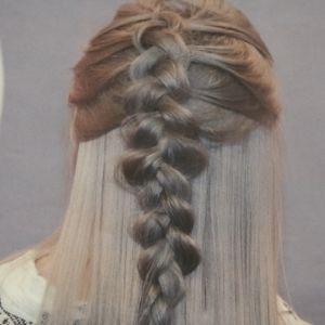 En hårfläta i blågrå nyans.
