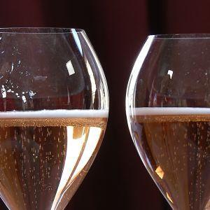 Två champagneglas med rosé champagne.
