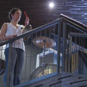 Klarinetisti Lucy Abrams juoksi lavalta ylös soittamaan lyömäsoittimia.