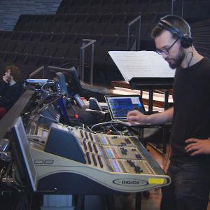 Sound controller eli äänitarkkailija Tuukka Tervo.
