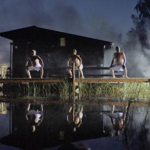 Miehet tanssivat Saunabaletti-esityksessä