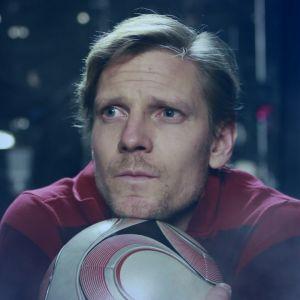 Tero Karhu pitää jalkapalloa sylissään ja miettii.