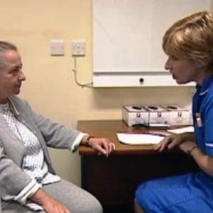 Sairaanhoitaja ja potilas.