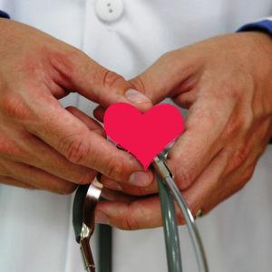 Lääkärin kädet, johon piirretty sydän.