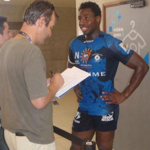 Toimittajat haastattelevat Montpellier'n rygbyjoukkueen kapteenia Fulgence Ouedraogoa (2010).