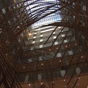 Euroopan parlamentin sisäaukio ja siellä oleva taideteos.