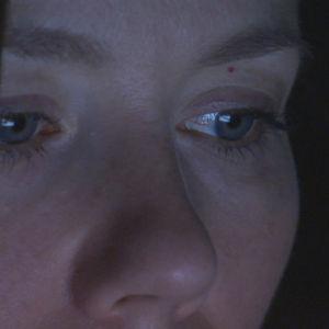 naisen silmät kylpevät älylaitteen sinisessä valossa