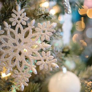 Joulukuusi ja koristeineen.